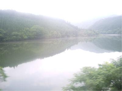 どこか忘れたけど、阿賀川。山が低いけどこれは、実際にはもっと高い山に囲まれている感じがしましたというか、ちょっと天気が悪かったから、高い山は雲に隠れて見えなくなってるんだな。たぶん