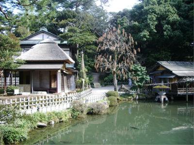 瓢池と夕顔亭。横には滝もあります・・・って、これを江戸時代に作ったのか、すごいな。