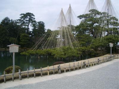 霞ヶ池。兼六園といえばこの風景ですね。NHKなんかでもおなじみ...なのは、雪の兼六園か。そうだよな、そうですね。