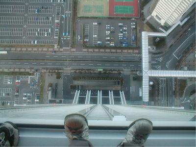 これがガラス張りじゃなければ、完全に死亡。なにげに高所恐怖症の人には、梅田スカイビルよりも厳しいビルかもわからんね。