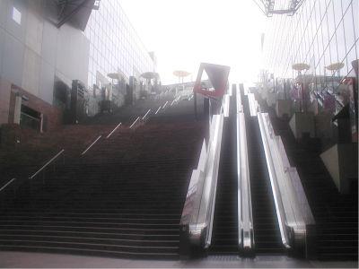 古いデジカメであるため、こういう条件の下での撮影は非常に難しいな。でもこの京都駅の風景は、すごいものがあるのでぜひ皆様も一度! ってか、みんな知ってるのか!