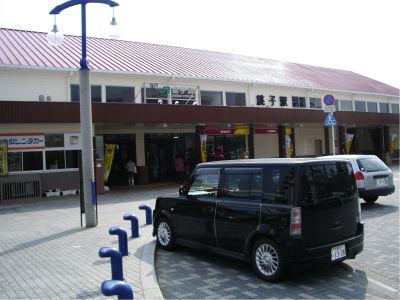 JRの駅っぽいけど、銚子電鉄の駅も兼ねてます。駅弁の販売や立ち食いそば屋がないのが残念。
