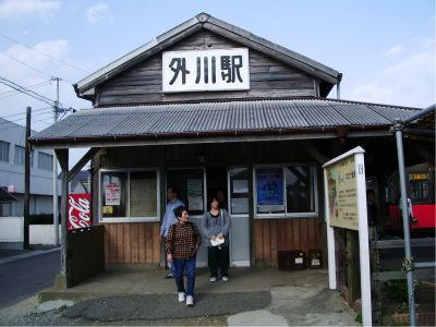 犬吠駅で8割方が下車しました。まあ、こっちは観光地化されていない普通の港町だからなー。