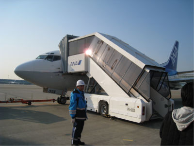 飛行機については詳しくないのでよくわからないけど、小さい飛行機です<それはあんまりすぎる