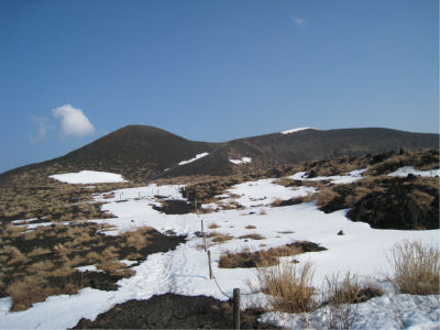 メインのルート以外はあまり整備されていないので、登山靴がないと厳しい箇所もちらほら。雪も積もっているし