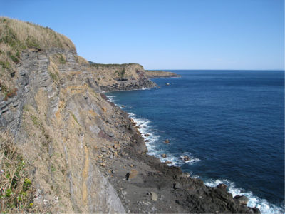写真だとわかりにくいけど、崖っぷちです。それも崖の下まで何メートルもあるので、落ちたら一巻の終わり。仮に生きていたとしても人なんて絶対に来そうにないし。
