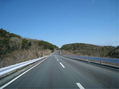 でも道はかなりクネクネしているので、あまり飛ばしてませんよ。こう見えても安全運転ですから。