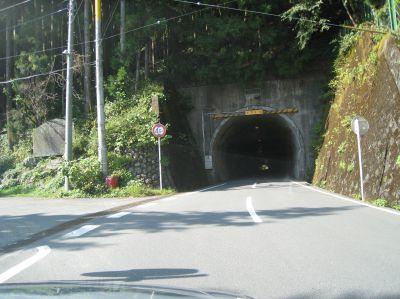 たぶん志賀坂トンネル。ここから飯能まで72kmだそうで。