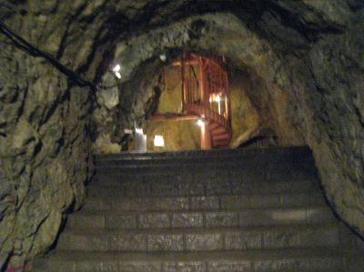 縦穴を登っていきます。400年ぐらい前にはすでにここに人が来ていたらしいけど・・・どうやってきたんだ?