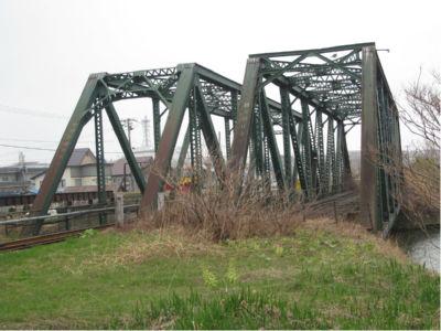 レールも外してしまった路線だと、こういう鉄橋は大抵は取り外してしまうんだけどね。