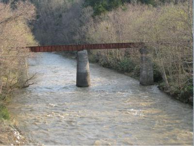 橋桁の左右が微妙に違うんじゃね? と思ったあなた、相当の通ですな。これ、建設当時、資材不足から、とにかくあるもので無理矢理作ってしまえ! と造られた鉄道ゆえ、ちぐはぐな部分があるんですよね