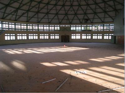 体育館は、珍しい円形型。けっこう綺麗なのは、あんまり使われなかったからか、それとも誰も来ていないからか