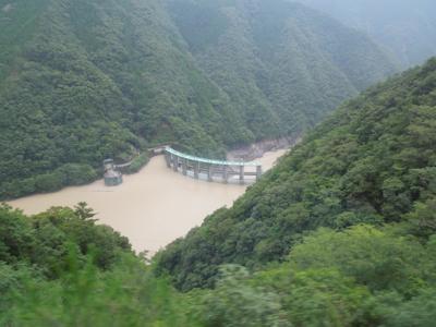 アーチ式ダムは好きなので見に行きたかったかも。ダムカードが休日も配布されるダムだったらタクシー飛ばしてでも行ってたわww